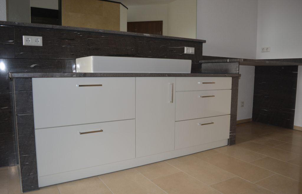 Front weiß matt/Platte Granit